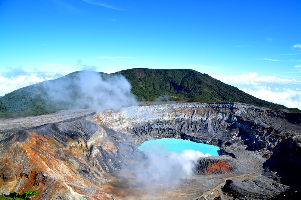 The crater and the lake of the Poas volcano in Costa Rica. Photo: Styve Reineck/Shutterstock
