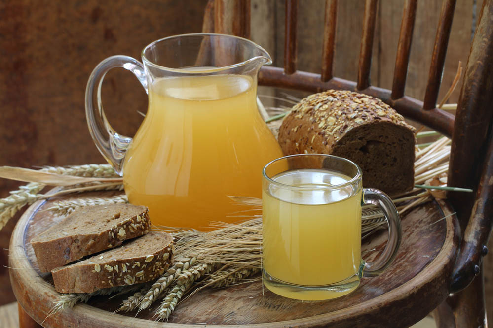 Kvas in a transparent jug and rye bread. Photo: Shutterstock