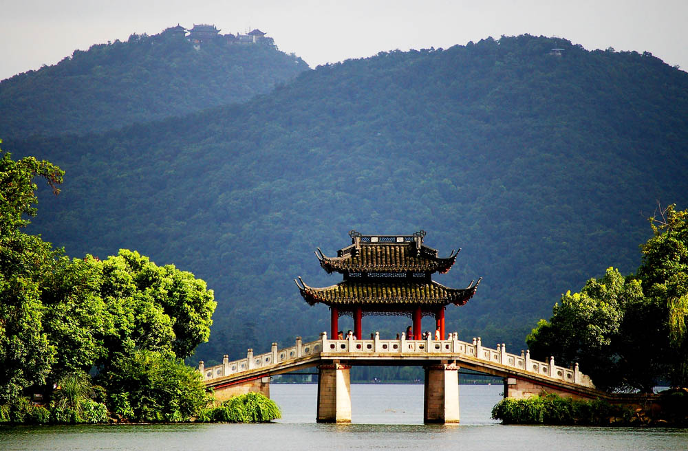 A Pavilion Bridge In West Lake, Hangzhou, China. Photo: Shutterstock