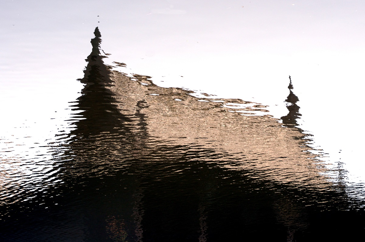 Reflect of Thai house in water. Photo: isaravut/Shutterstock