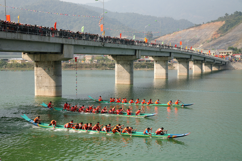 Celebratory boat Race on the Black River in Dien Bien. Photo: Shutterstock