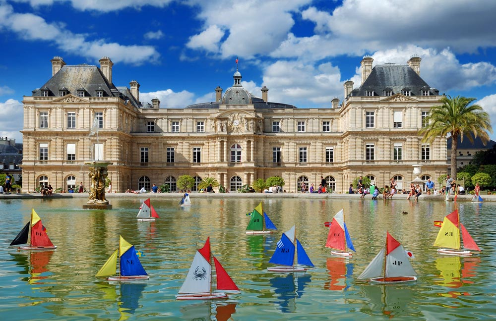 Children's ships in fountain near Luxembourg Palace in the Luxembourg Garden. Photo: Shutterstock