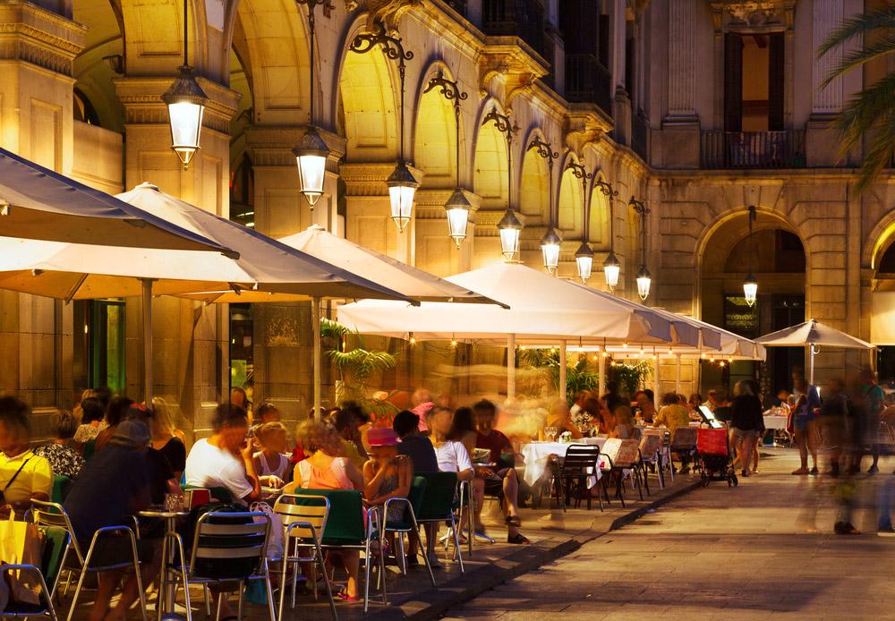 Eating alfresco in Plaça Reial.