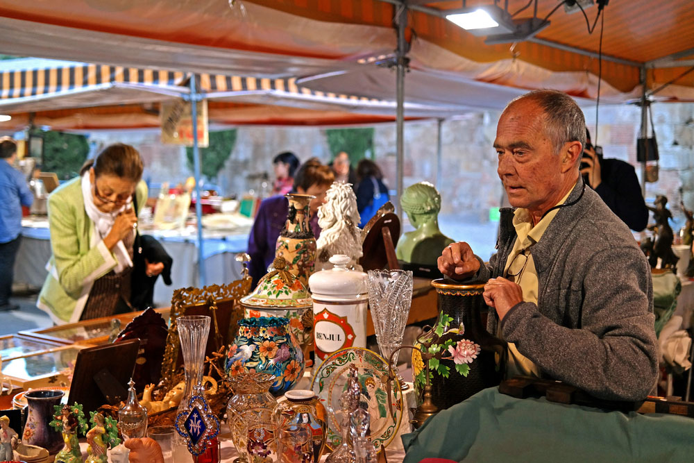 Market stall in front of the Cathedral. Photo: Shutterstock