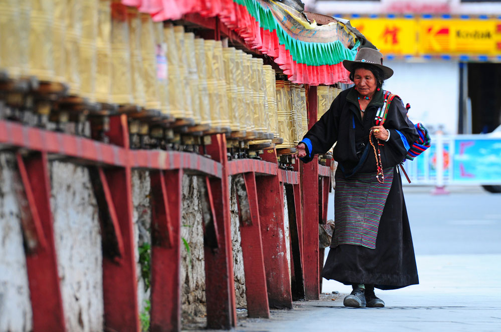 A Tibetan pilgrim circles the Potala palace in Lhasa. Photo: Shutterstock