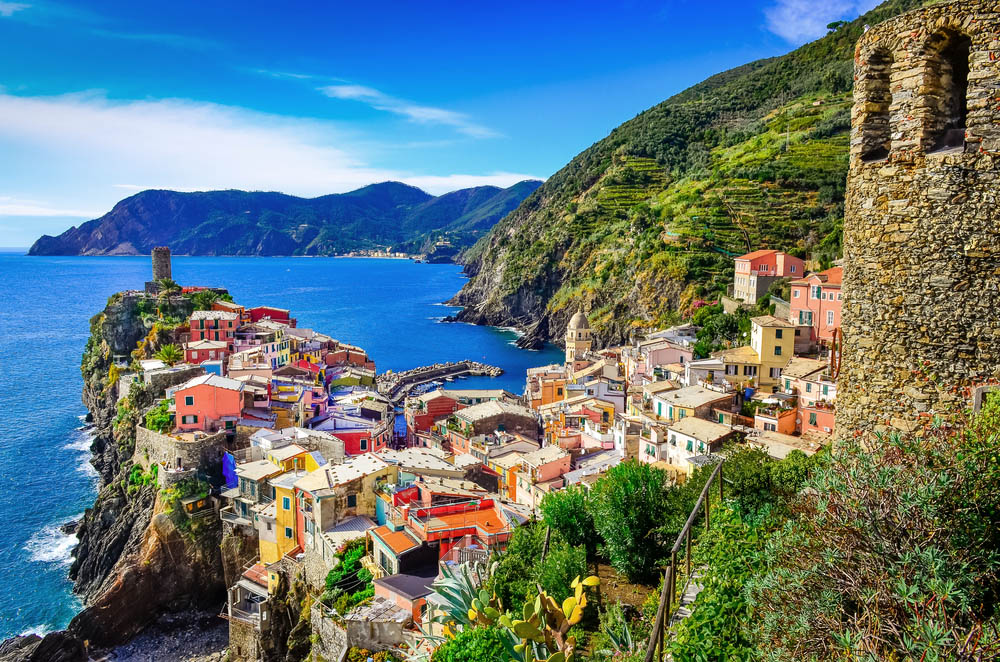 Colorful village Vernazza and ocean coast in Cinque Terre. Photo: Shutterstock