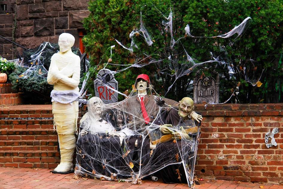 Halloween decoration in front of the house