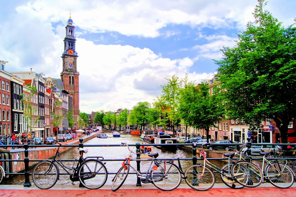 Typical canal view in Amsterdam: Top tips for visiting Amsterdam.