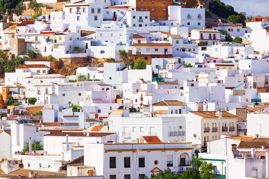 Arcos de la Frontera, tipycal Andalusian white town of intrincate architecture. Province of Cadiz, Spain