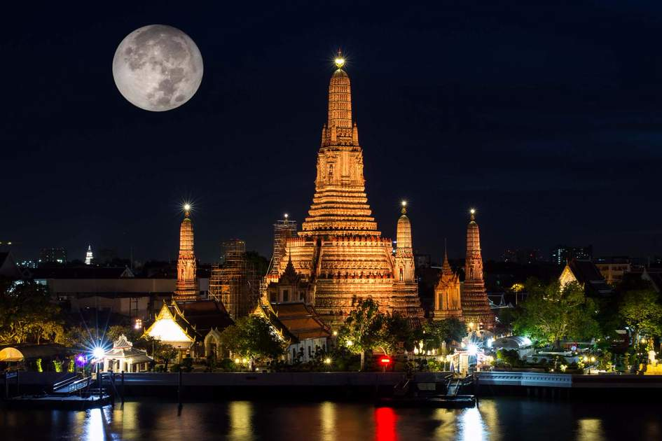 Wat Arun (Temple of Dawn) in Bangkok with full moon. Photo: Shutterstock