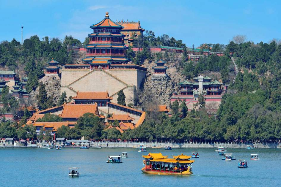 Summer Palace with historical architecture, lake and boat in Beijing. Photo: Shutterstock