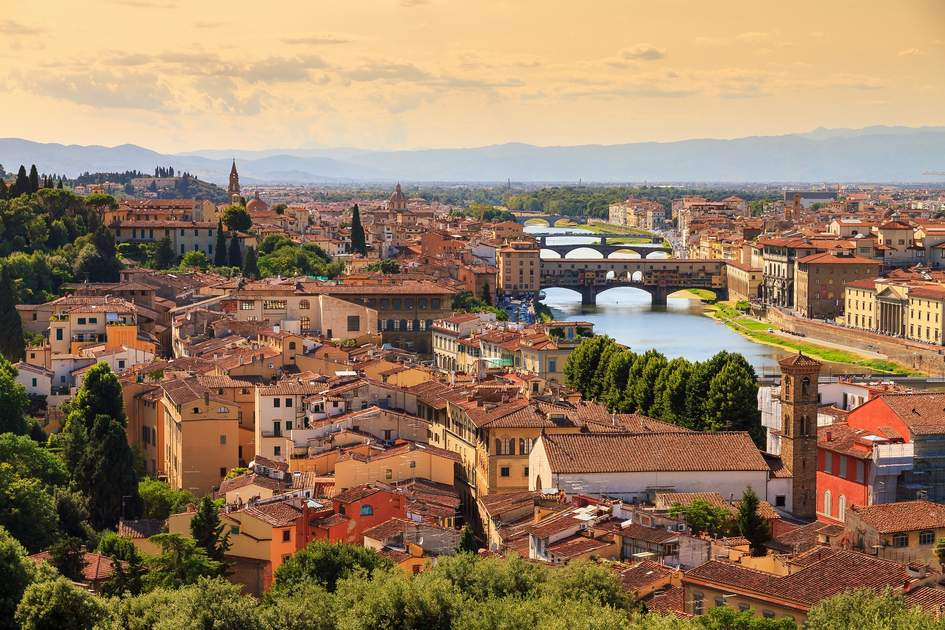 Beautiful cityscape skyline of Firenze (Florence), Italy, with the bridges over the river Arno