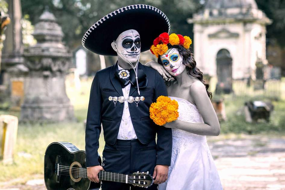 Bridal couple with Halloween makeup and costumes typical Mexican. Photo: Shutterstock