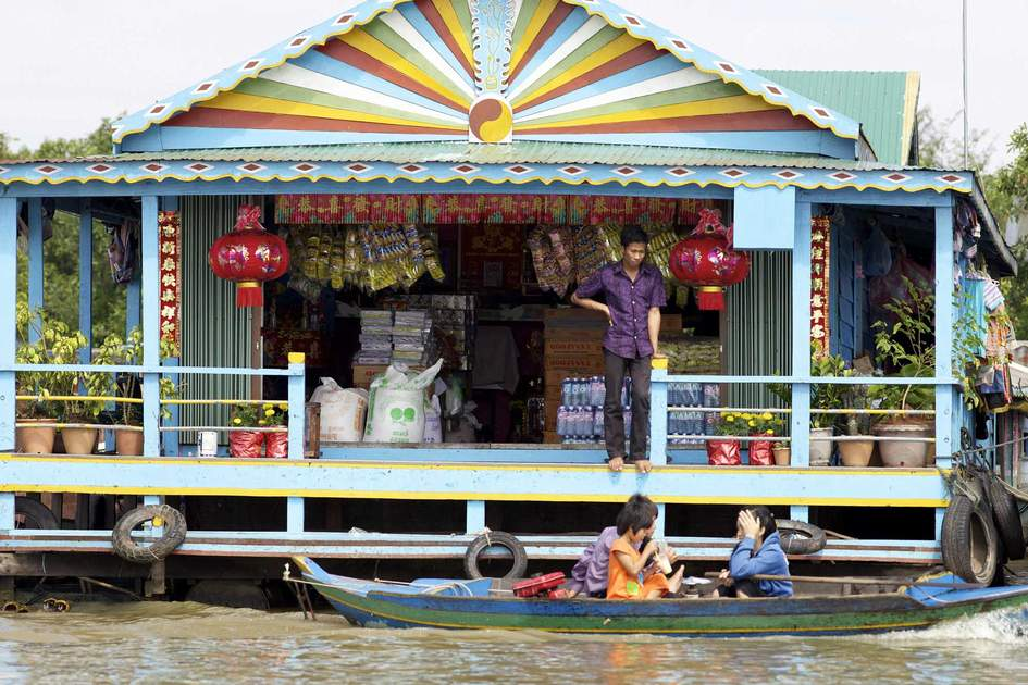 A floating market on Tonlé Sap Lake in Kampong Phluk. Photo: Shutterstock