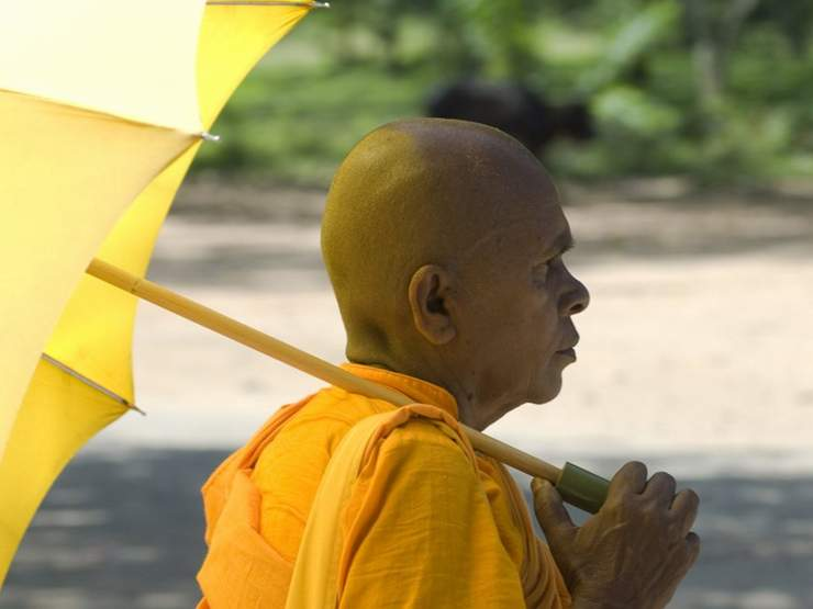 A Buddhist monk protects himself from the hot sun at Anuradhapura, (photo by Sylvaine Poitau)