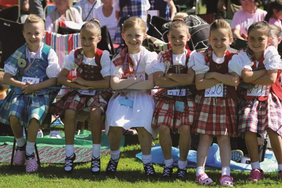 Children preparing to dance at the Highland Games, (photo by Apa)