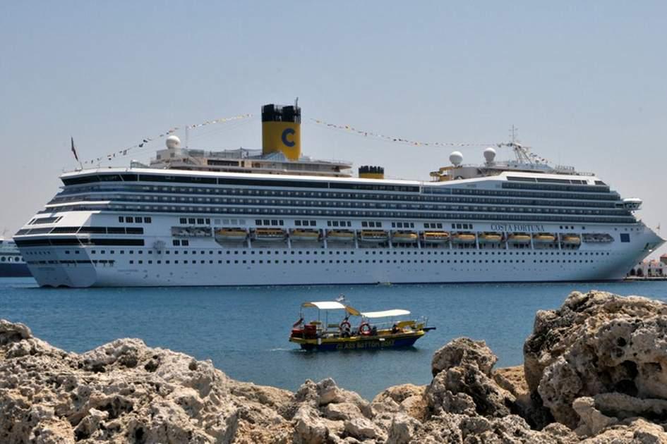 Cruising on the Rhodes waterfront, (photo by Britta Jaschinski )