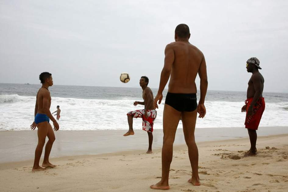Playing football in Rio, (photo by Yadid Levy)